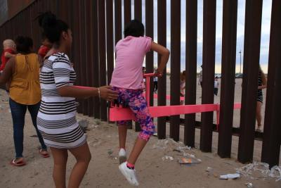 Un balancín en el muro entre México y EE.UU., mejor diseño del año