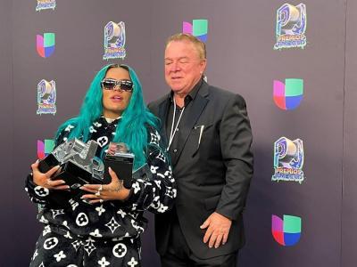 Karol G y Bad Bunny se coronan en unos Premios Juventud muy emotivos
