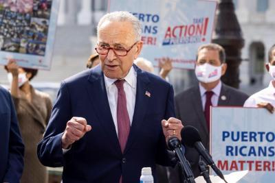El líder demócrata en el Senado pide a Biden frenar la deportación de haitianos