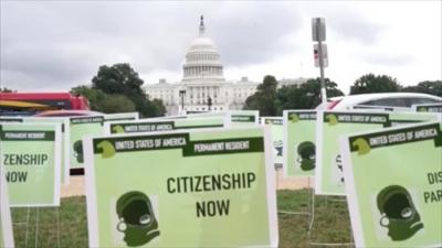 Pancartas verdes frente al Congreso de EE.UU. para pedir una reforma migratoria
